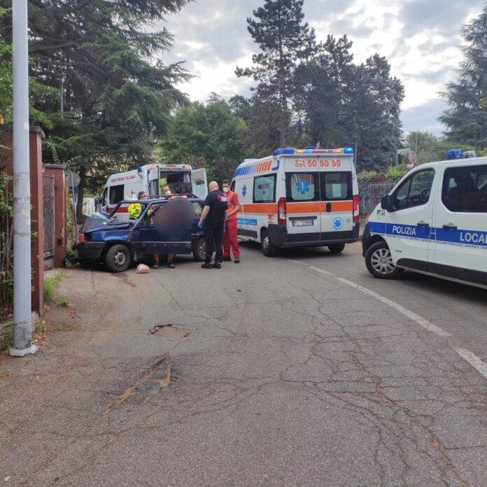 Anziani coniugi finiscono con l'auto contro una recinzione